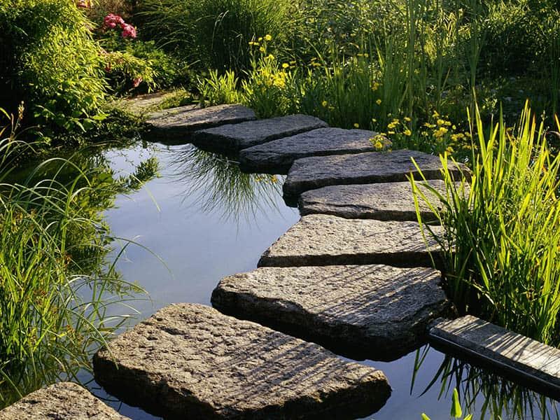 Mit Trittplatten wird auch ihr Teich begehbar.