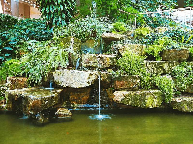 Wasserfall aus Naturstein