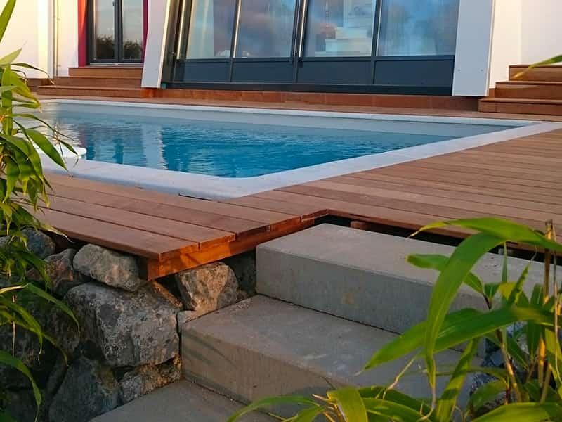 Swimmingpool eingefasst mit einer Ipé Holzterrasse